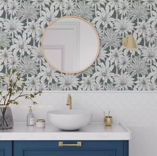 Une salle de bain originale grâce au papier peint à motifs