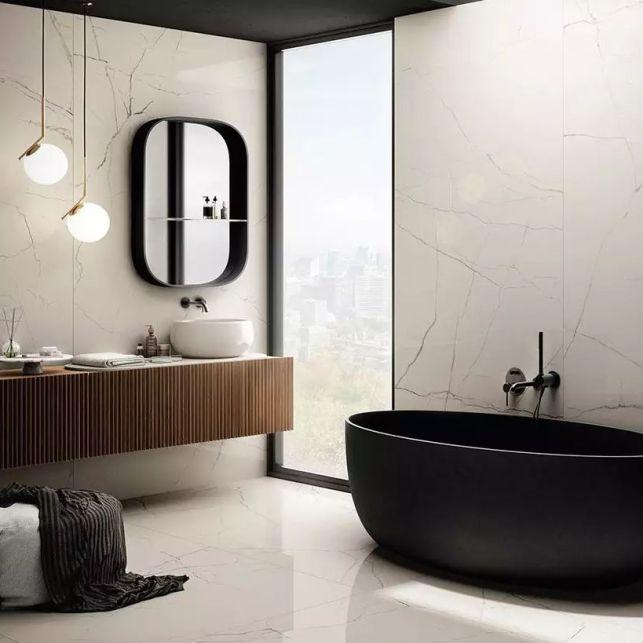 Une salle de bain luxueuse en marbre
