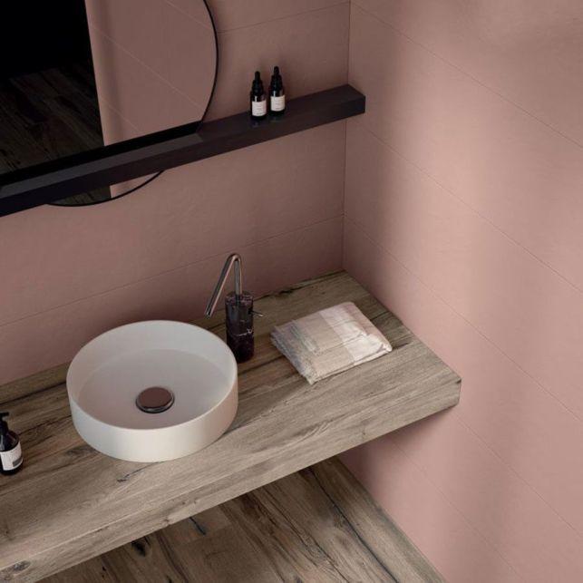 Une salle de bain en grès cérame coloré