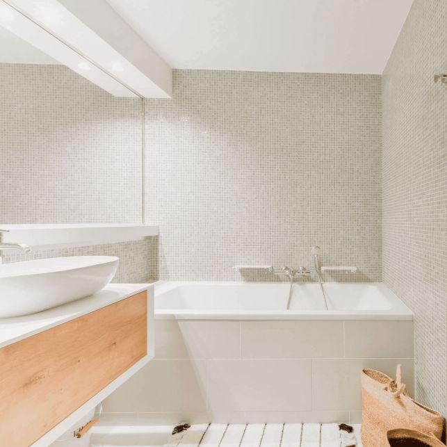 Une salle de bain habillée avec une mosaïque en émaux de Briare