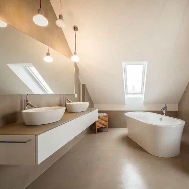 Une salle de bain en béton ciré