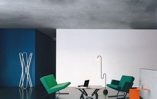 Cette lampe à pied aux courbes souples et épurées apportera lumière et originalité dans votre pièce. © Classicon