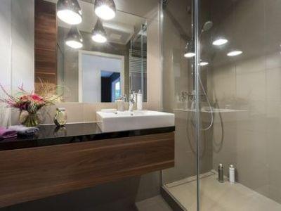 Le plan de travail de salle de bain