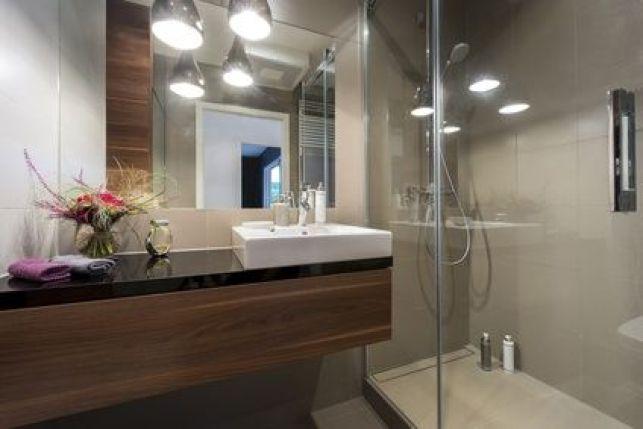 Salle de bain avec plan de toilette noir et bois