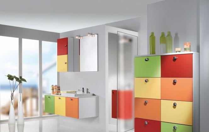 Salle de bain colorée en mélaminé avec poignée chromée, plan et vasque en résine de synthèse. Modèle signée Pyram. © Pyram