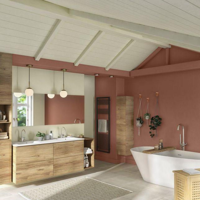Une salle de bain spacieuse sous les combles