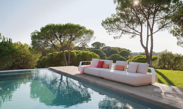Salon d'extérieur, canapé au bord de la piscine
