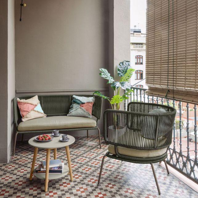 Un salon extérieur design pour le balcon