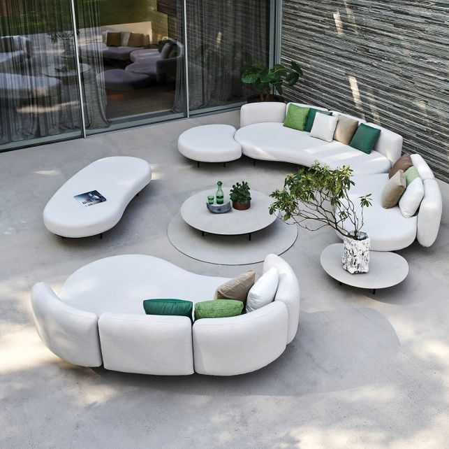 Un salon de jardin extérieur minimaliste et luxueux