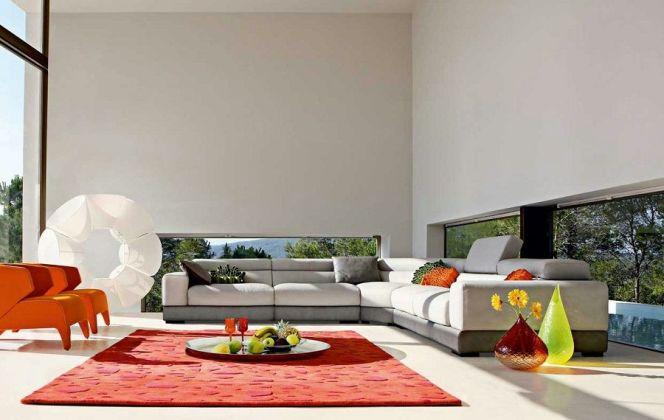 Ce ravissant salon mélange une ambiance douce et une ambiance fruitée par ses couleurs vives et son blanc apaisant. © Roche Bobois