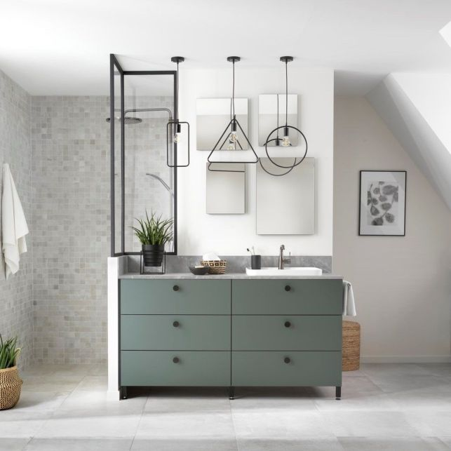 Une salle de bain sous les combles moderne et végétale