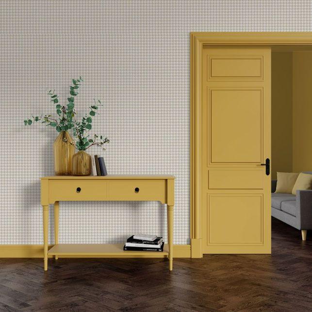 Un papier peint à motifs et des menuiseries jaunes pour un total look vintage