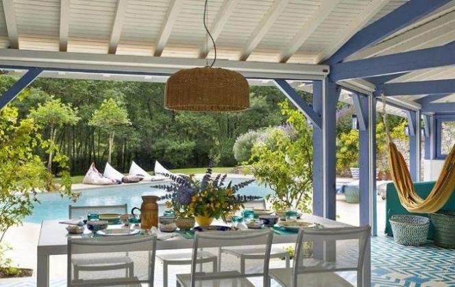 Terrasse avec revêtement en carreaux de ciment, avec vue sur un magnifique jardin avec piscine © Mosaic Del Sur