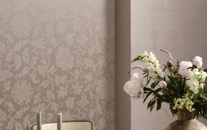 Ce revêtement mural de style baroque, avec ses fleurs très raffinées, apportera une touche élégante à votre pièce. © Omexco