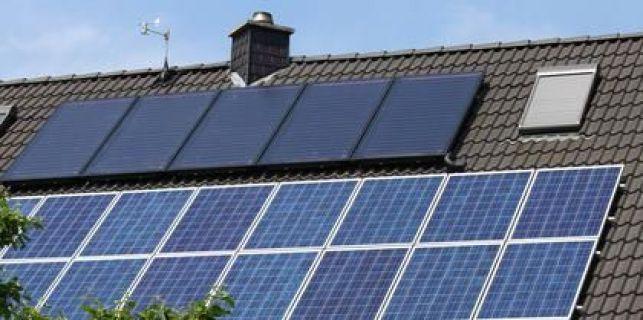 Toiture avec double installation : panneaux photovoltaïques (en bas) et thermiques (en haut)