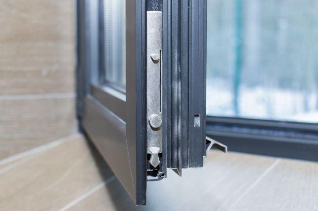 Traiter la rouille sur les gonds d'une fenêtre