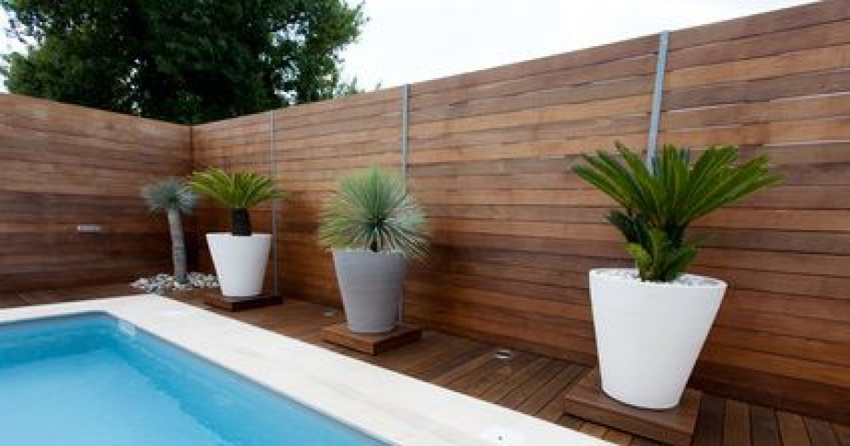 Un patio de jardin avec piscine - Mini pool terrasse ...