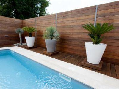 Un patio de jardin avec piscine