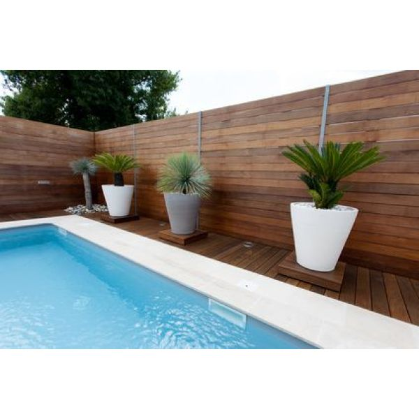 Un patio de jardin avec piscine for Transformer une piscine