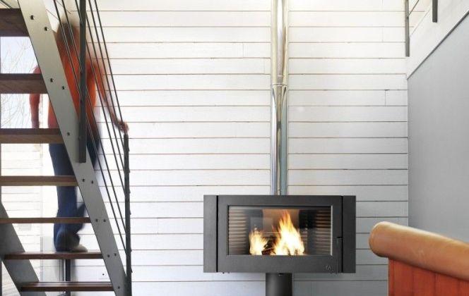 Un poêle à bois discret qui apportera chaleur à votre pièce. © Leroy Merlin