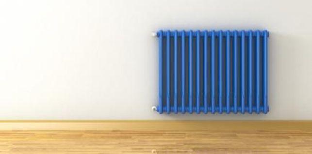 Un radiateur en fonte repeint en bleu