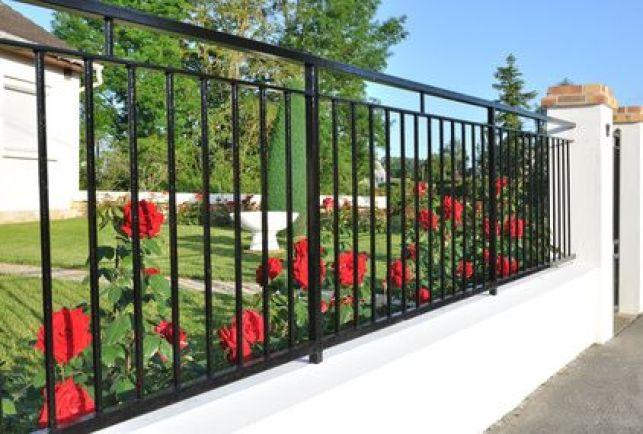 Une clôture de type muret