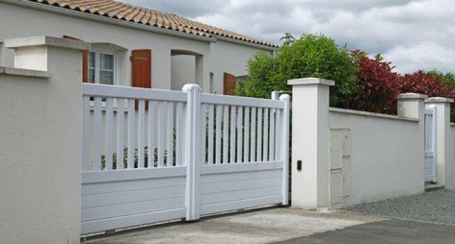 Une clôture en béton