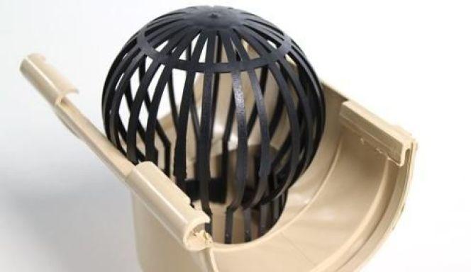 Une crapaudine installée dans une gouttière