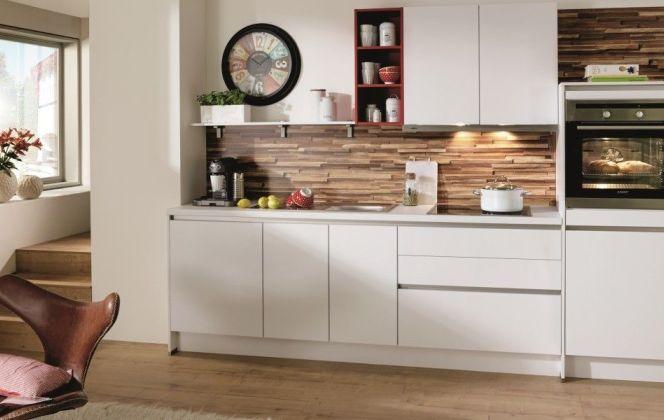 Une cuisine contemporaine blanche ouverte sur le salon... © Cuisines Aviva