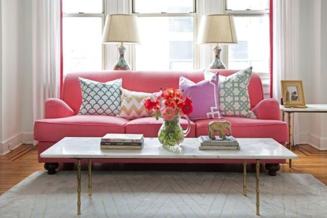 Une maison à déco romantique - Salon avec canapé rose