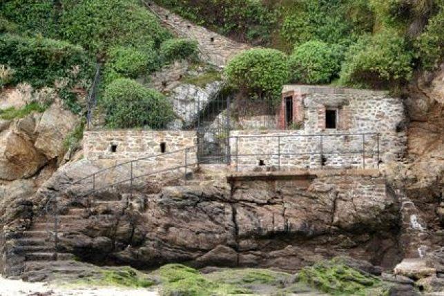 Une maison atypique en pierre nichée en hauteur