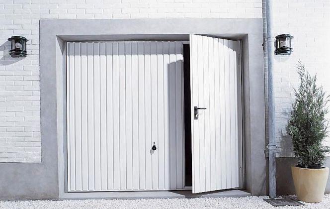 Une porte de garage avec portillon intégré
