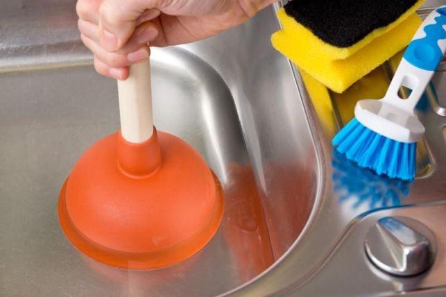Utiliser une ventouse pour déboucher un évier