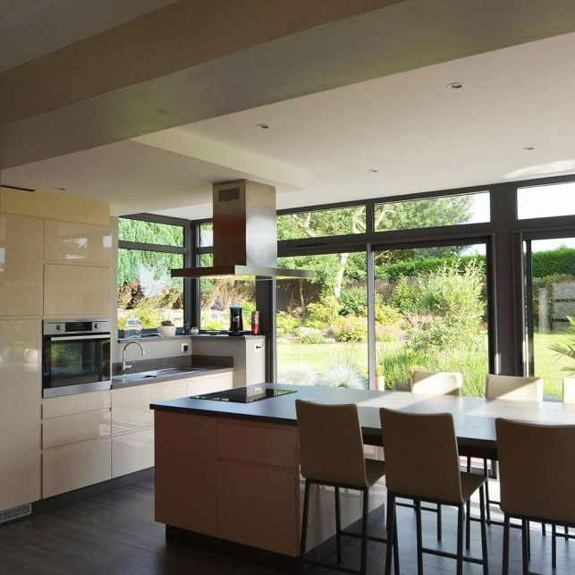 Une cuisine ouverte et lumineuse dans une extension
