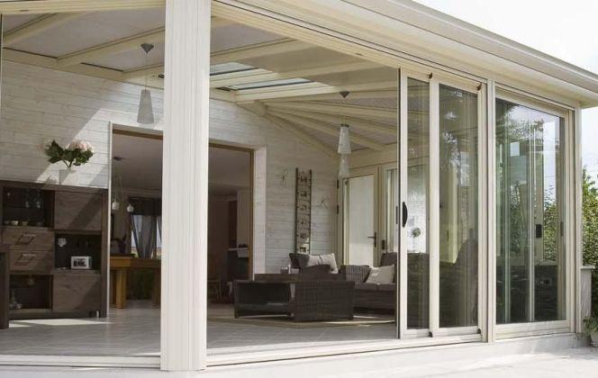 Cette véranda aux lignes droites et au design contemporain offre un maximum de confort et de luminosité. © Concept Alu