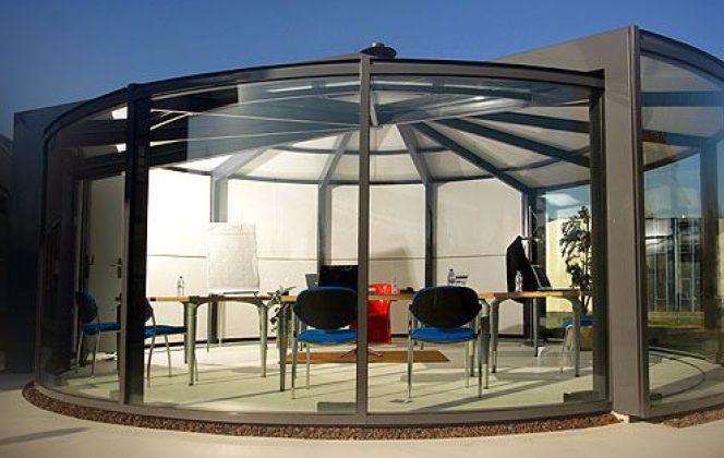 Cette véranda circulaire inédite offre une isolation, une structure et un design haut de gamme. © Akena