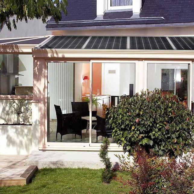 Des panneaux solaires intégrés dans le toit de votre véranda