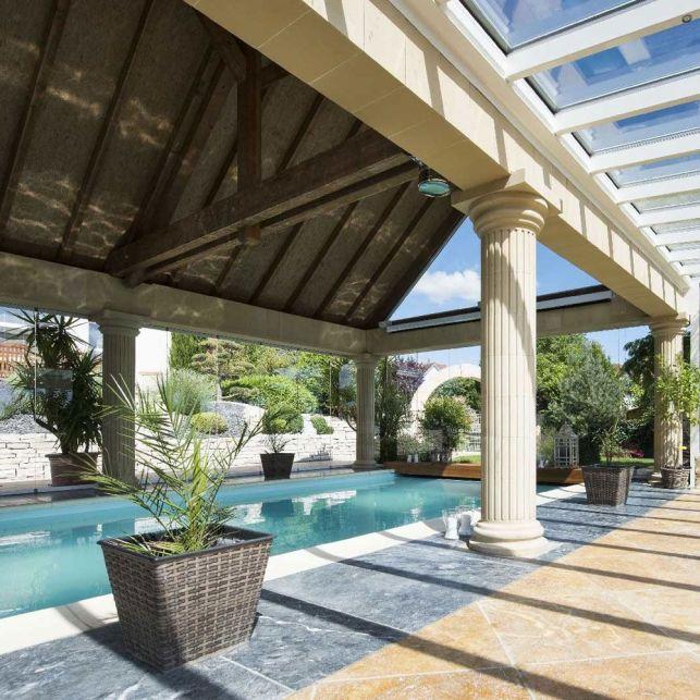 Une piscine bien abritée sous la véranda