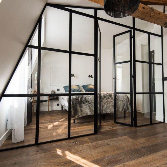 Une cloison de verre pour délimiter un studio moderne
