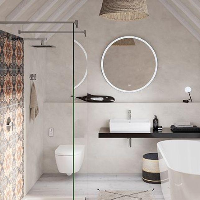 Une salle de bain mansardée chaleureuse et romantique