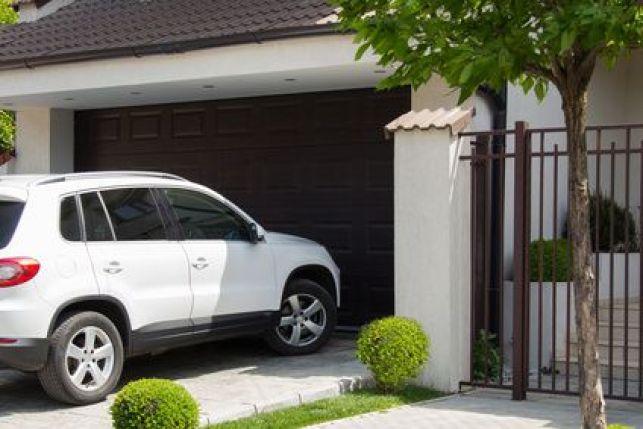 Voiture garée devant mon garage : que faire ?